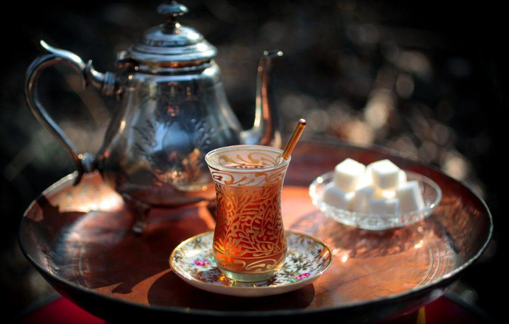 чай пьют с друзьями